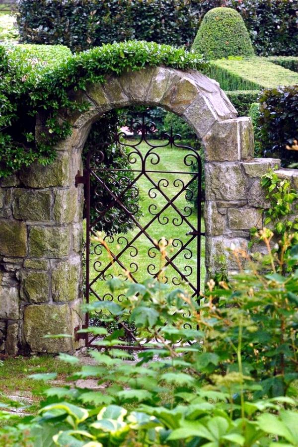 portillon de jardin en fer et clôture en pierre naturelle