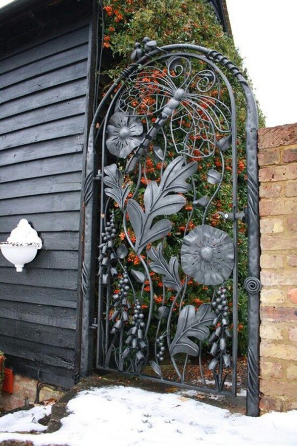 portillon de jardin en fer forgé aux motifs floraux
