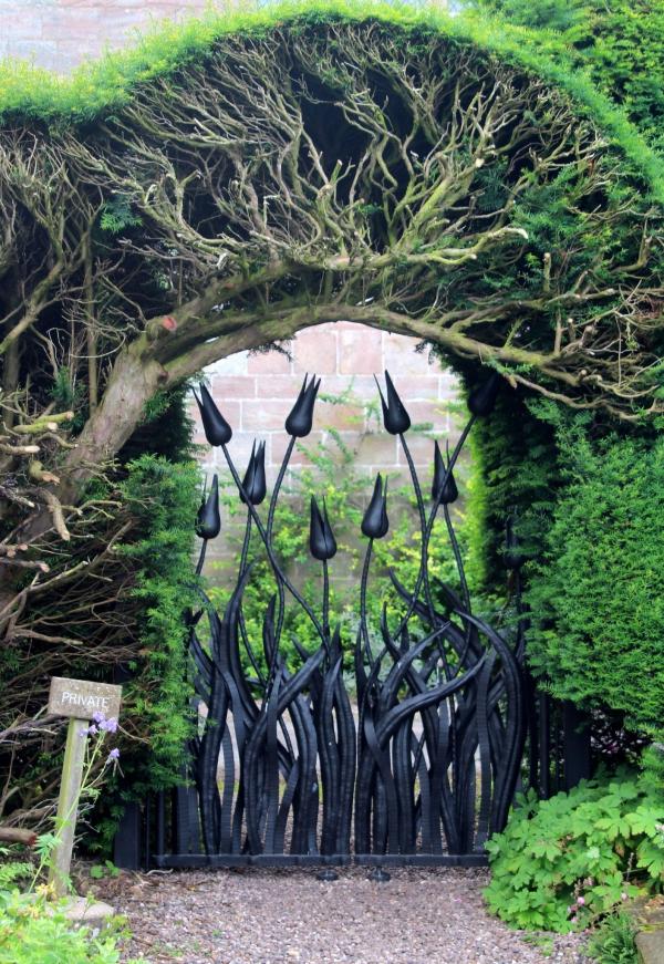 portillon de jardin en fer forgé sous la forme de tulipes