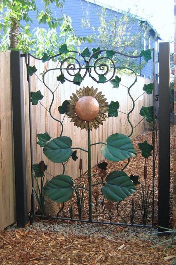 portillon de jardin en fer peint motif floral