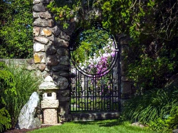 portillon de jardin en fer stylisé et clôture en pierre naturelle