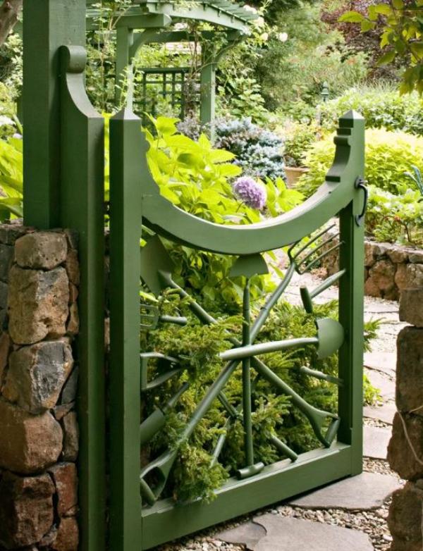 portillon de jardin en forme originale en bois et fer