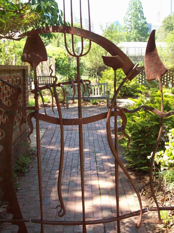 portillon de jardin en métal rouillé déco outils de jardinage