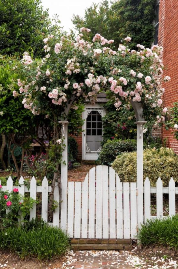 portillon de jardin en planches de bois avec arche fleurie