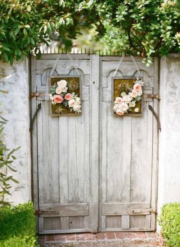 portillon de jardin fait à partir de vieilles portes avec une déco florale