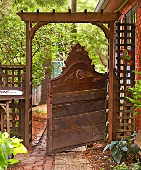 portillon de jardin fait à partir d'une tête de lit métallique