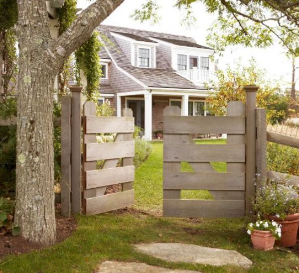 portillon de jardin fait en planches de bois style champêtre