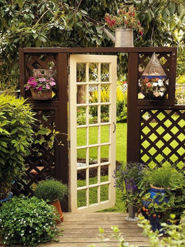 portillon de jardin vieille porte en bois et treillis