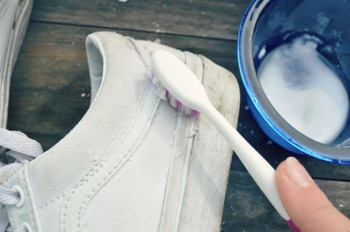 Conseils et astuces pour nettoyer des baskets blanches - Nettoyer canape tissu bicarbonate de soude ...