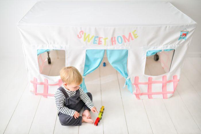 cabane intérieur enfant sous la table à manger