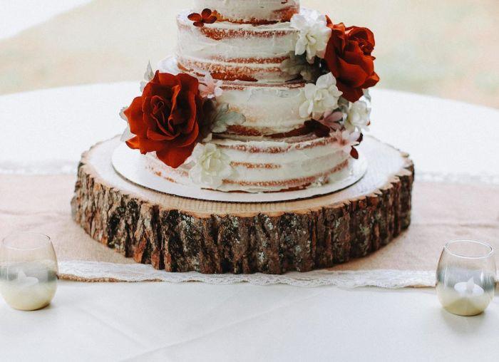 comment servir le gâteau de mariage rondin de bois déco idées inspirantes pour créer une ambiance unique