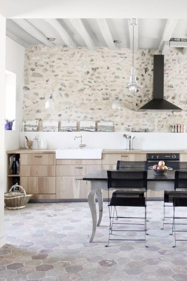 cuisine chalet plafond et mur en blanc