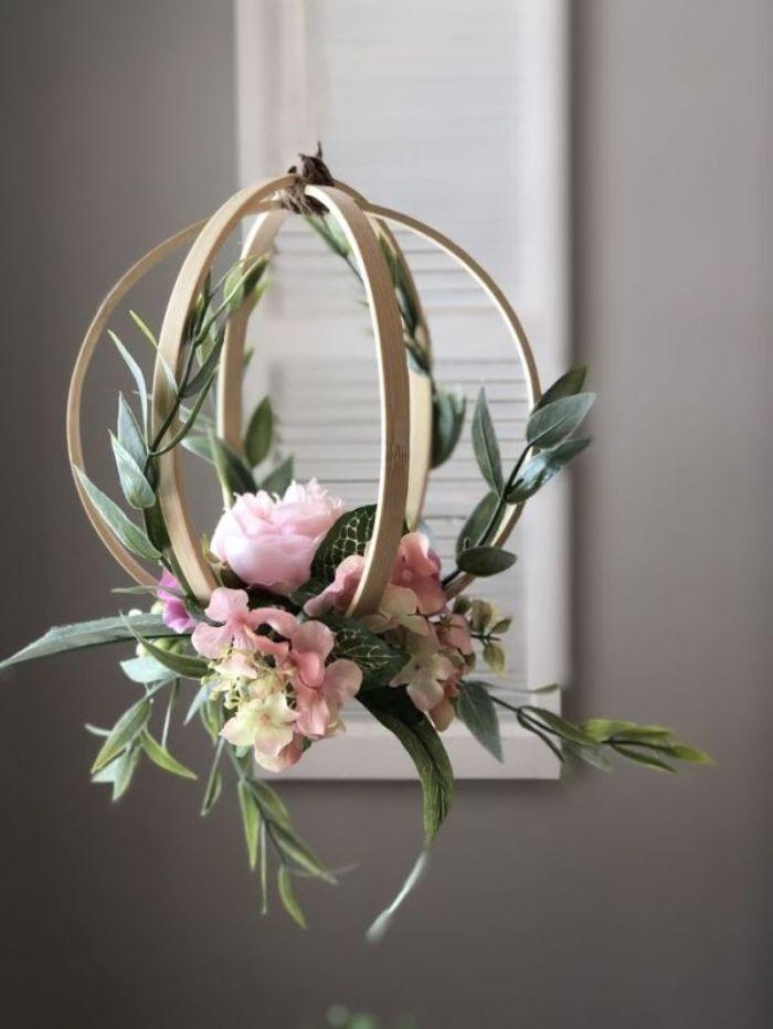 décoration florale dans la maison avec un tambour à broder