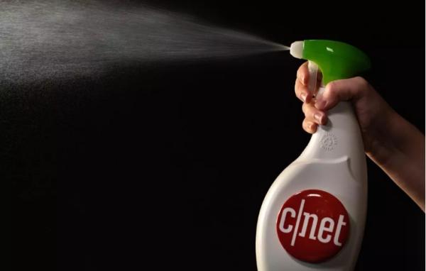 désinfecter un téléphone avec un spray
