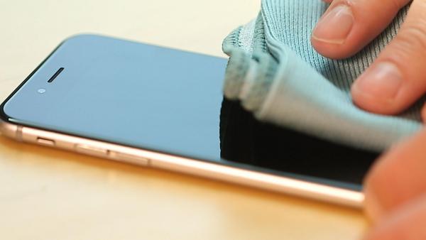 désinfecter un téléphone un chiffon en microfibre