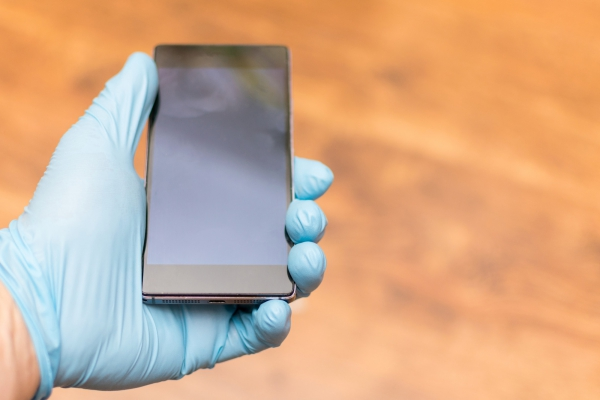 désinfecter un téléphone utiliser des gants