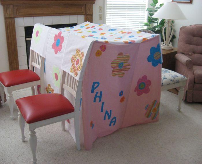 diy cabane intérieur enfant avec des chaises