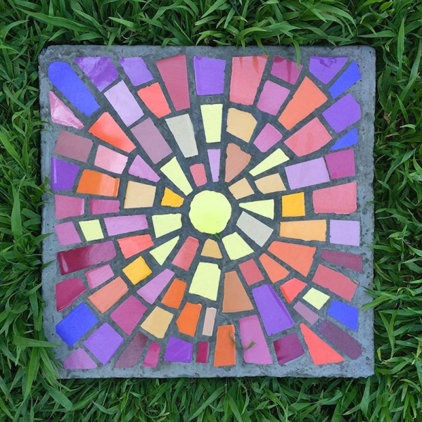 diy chemin de jardin avec des dalles de béton décorées de verre pour vitrail