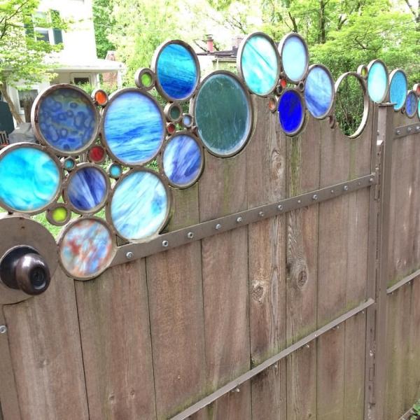 diy clôture de jardin décorée de verr