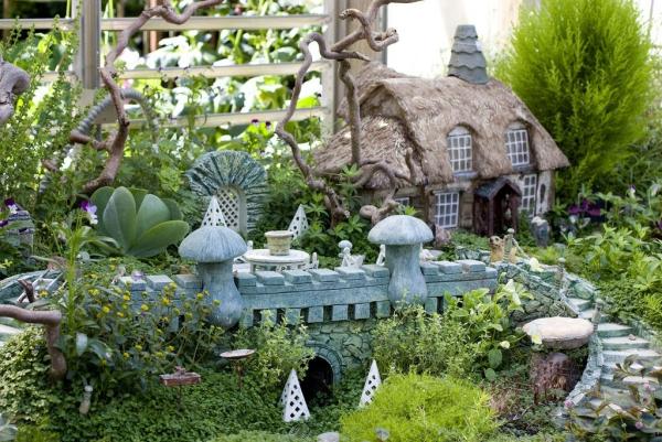 diy jardin de fée avec cabane de village et pont en pierre
