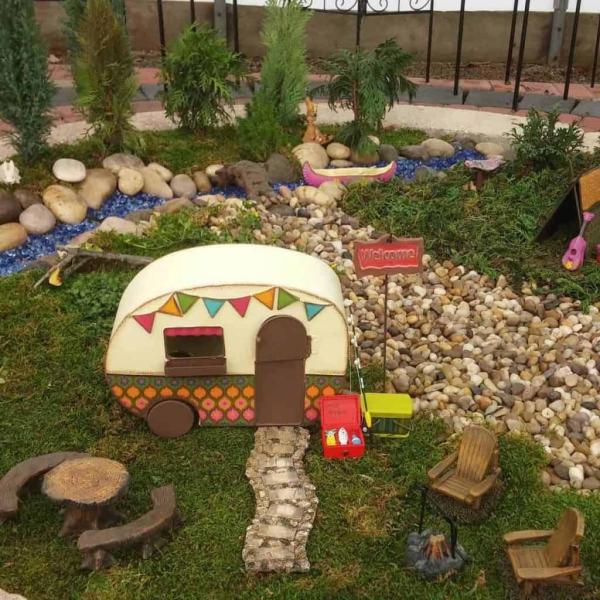 diy jardin de fée avec camping-car chaises en bois et un canoë