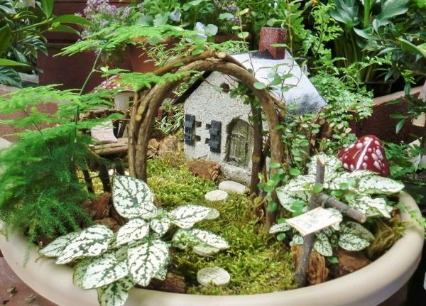 diy jardin de fée avec maison en béton et arche de bois