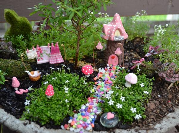 diy jardin de fée avec maisonnette et sentier en pierres décoratives