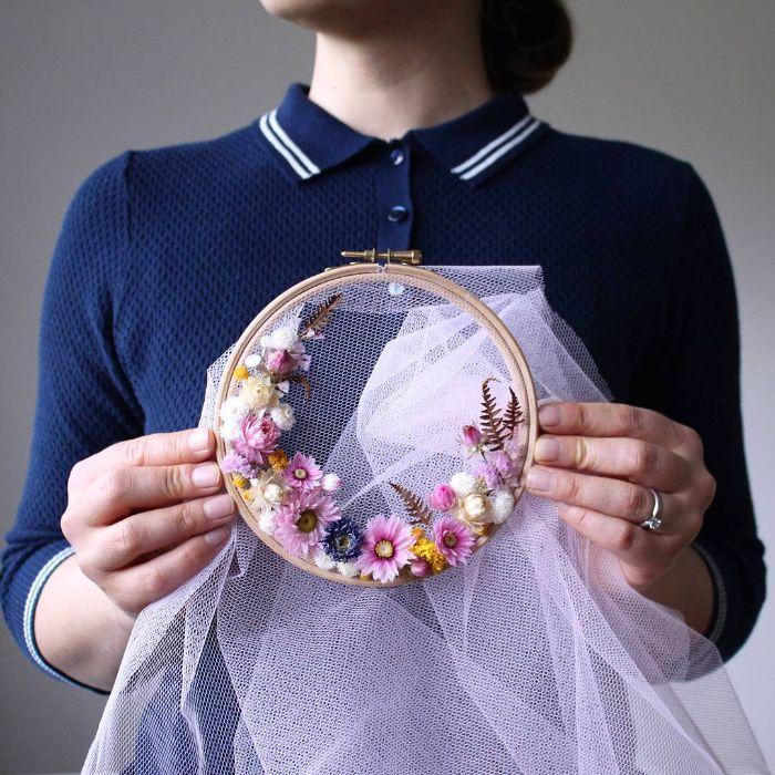 diy objet déco avec des fleurs séchées et un tambour à broder
