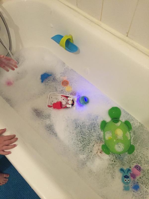la quarantaine baignoire pleine de jouets