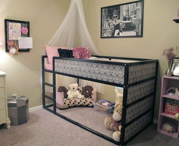 lit enfant mezzanine baldaquin sur le lit