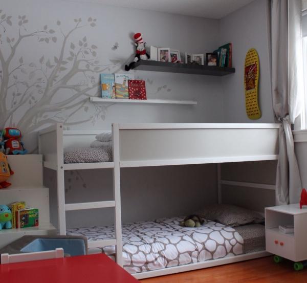 lit enfant mezzanine mur décoré d'un arbre