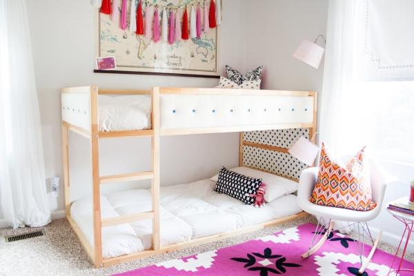 lit enfant mezzanine tapis graphique en rose