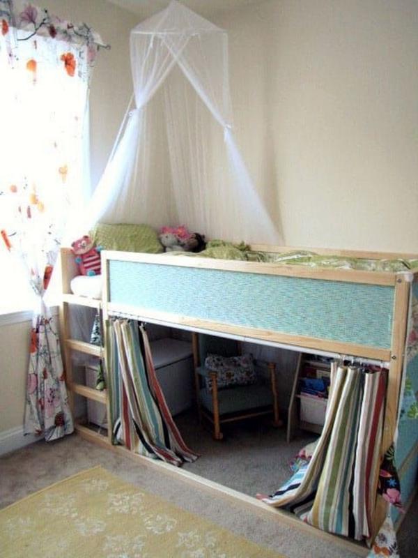 lit enfant mezzanine un baldaquin sur le lit