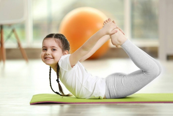 occuper les enfants avec une séance de yoga