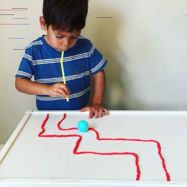 occuper les enfants jeu avec balle de ping pong et paille à boire