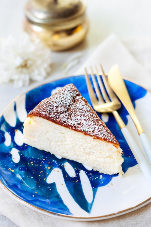 pièce de cheesecake japonais dans une assiette