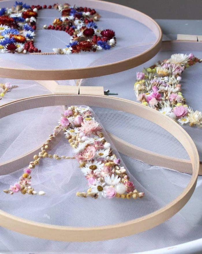 tambour à broder déco avec des fleurs séchées