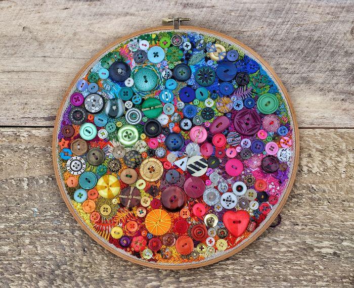 tambour à broder déco colorée avec des boutons