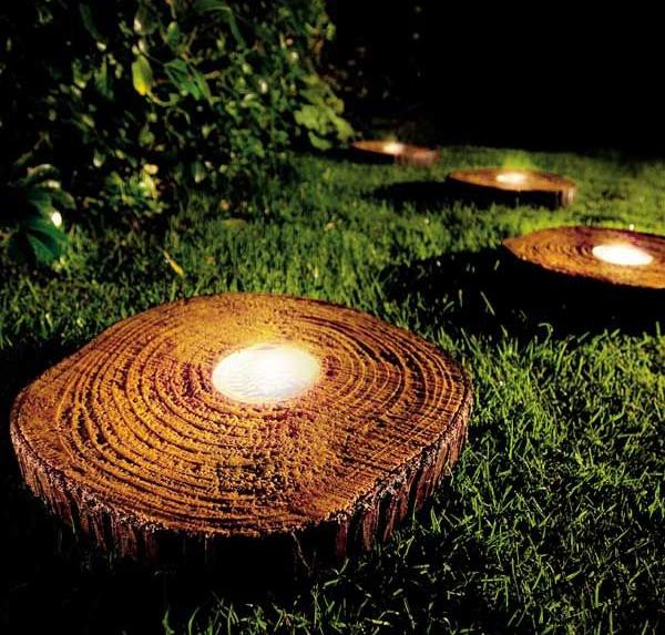 éclairage de jardin DIY dans des troncs