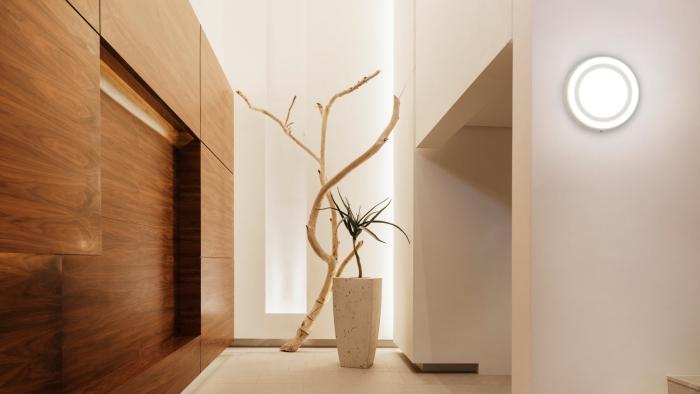 éclairage entrée et couloir un mur en bois