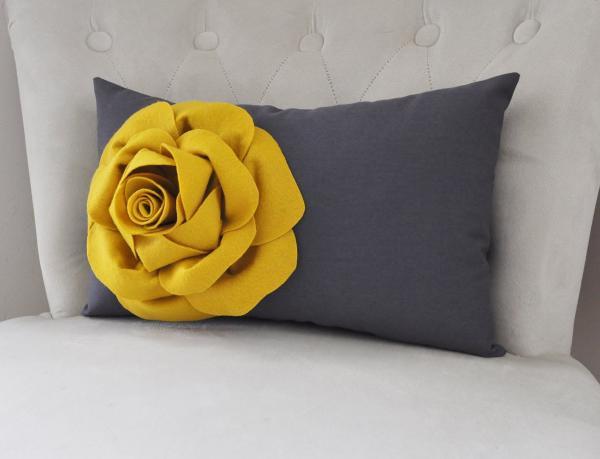 accessoire décoratif coussin gris anthracite avec accent jaune