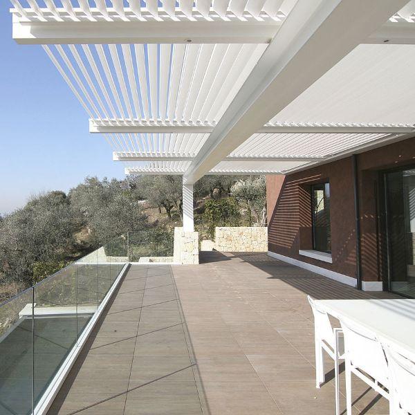 aménagement jardin idée avec une pergola bioclimatique
