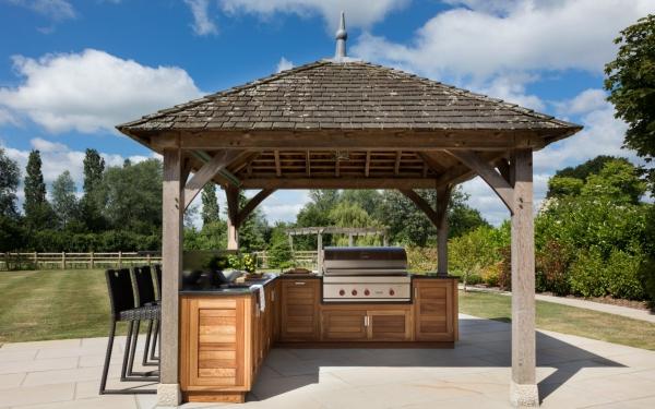 aménager un coin barbecue en face de la maison