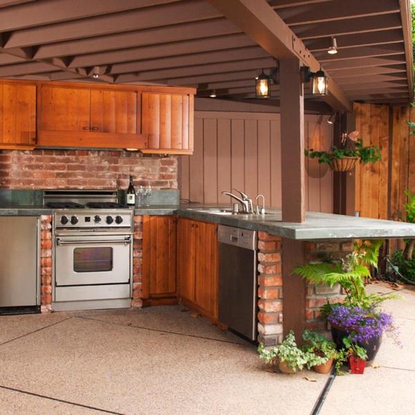 aménager un coin barbecue murs en briques et en bois