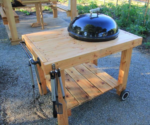 aménager un coin barbecue table en bois à roulettes