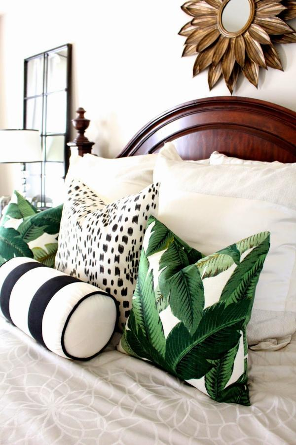 chambre coussins décoratifs aux motifs feuille de bananier