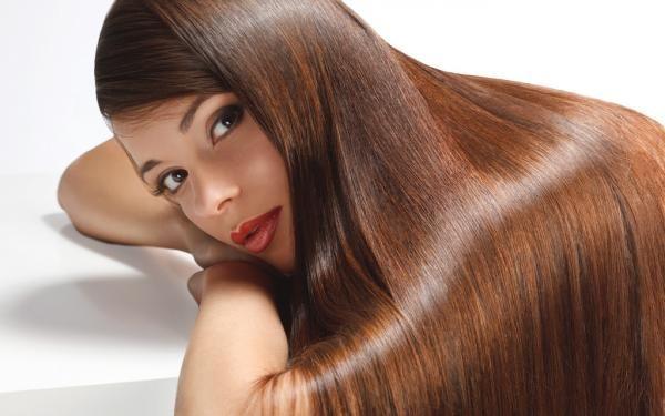 cheveux brillants grâce à la coloration henné