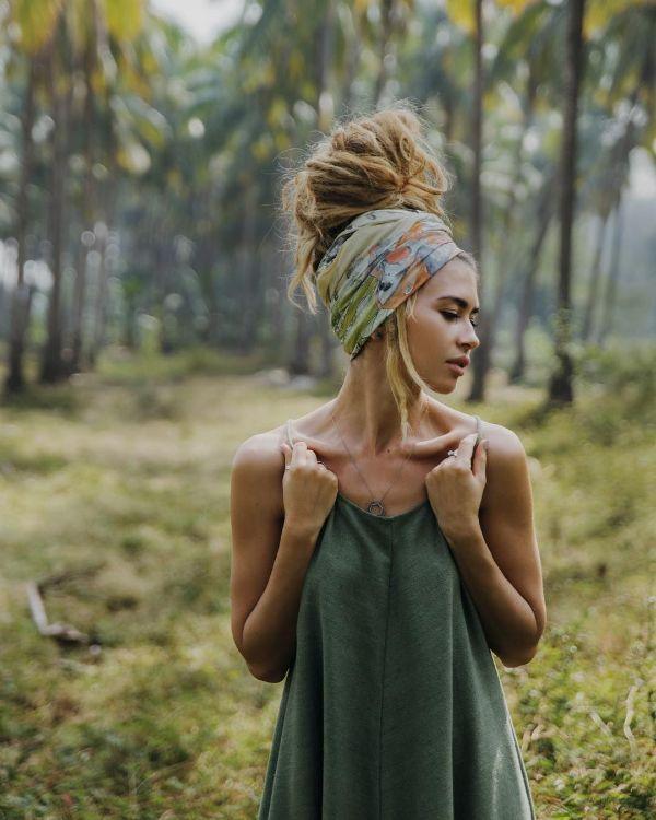 coiffure bohème chignon et foulard imprimé saison estivale 2020