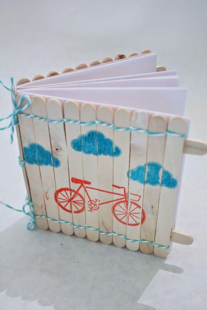 couverture de livre diy avec un bâton de glace en bois
