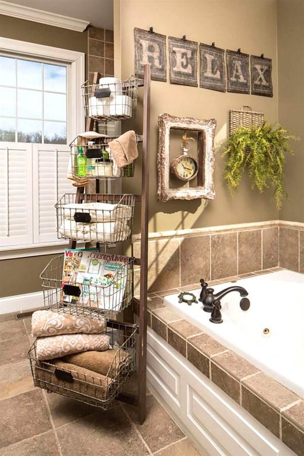 déco échelle bois près de la baignoire